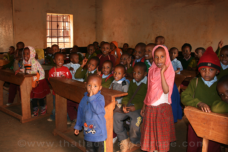A crowded class in the north of Tanzania: volunteering focuses on changes, voluntourism focuses at the money
